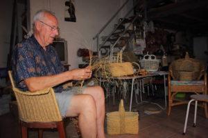 Pepe Belda treballant l'espart Moixent-La Costera